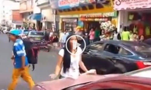 Colombia, moglie tradita blocca auto del marito con amante: show in strada