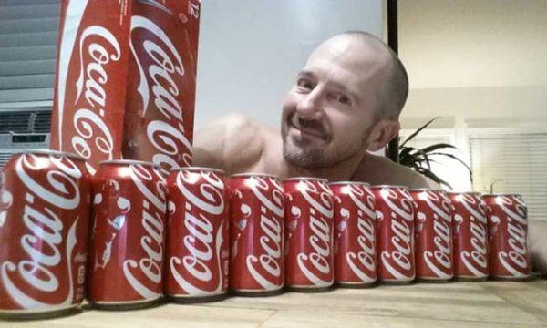 Beve 10 lattine di Coca-Cola per un mese, ecco cosa gli succede