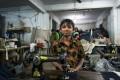 Ecco i bambini che fanno i nostri jeans. Per 28 centesimi di euro al giorno