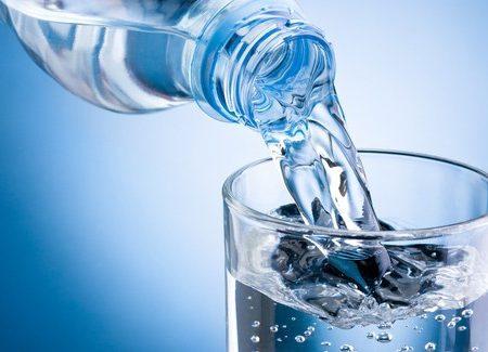 Bere acqua mentre si mangia? Attenzione, può fare molto male…